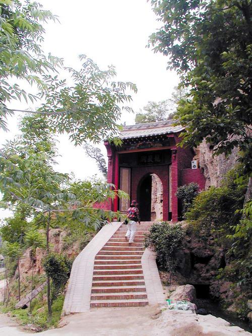 山西绛县:古稀长者倾情旅游 修建紫云寺