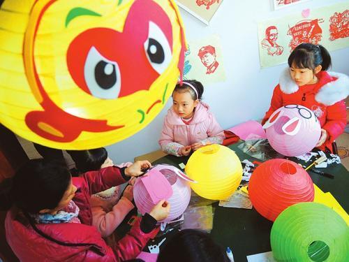 2月17日,小学生在老师的指导下制作环保花灯.图片